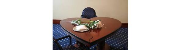 tavolo con oggetto